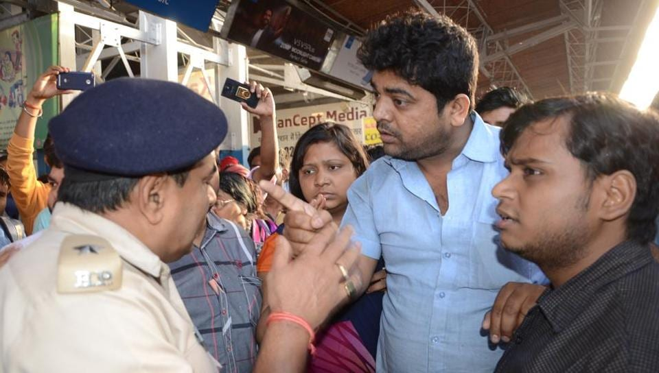 Passengers argue with a GRP cop at Patna junction after their belongings were stolen on the 12310 New Delhi-Patna Rajdhani Express in UP on Sunday. (Arun Abhi/HT photo)