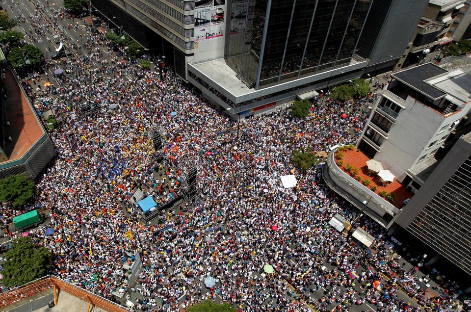 People participate in an opposition rally in Caracas, Venezuela, April 8, 2017. (Christian Veron  / REUTERS)