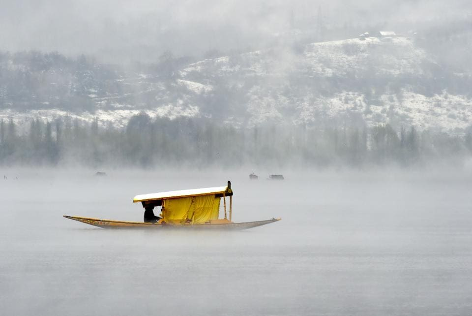Kashmiri boatmen paddle a shikara across Dal Lake amid dense fog following rainfall in Srinagar on April 6, 2017. The Srinagar-Jammu National Highway was closed after landslides on April 6, and schools in the Kashmir Valley have been closed until April 9, following rain and fresh snowfall. (Tauseef MUSTAFA / AFP)