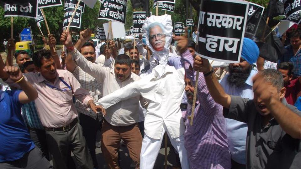 Cab, taxi unions protested against passenger tax hike on Monday and burnt effigy of Haryana chief minister Manohar Lal Khattar at Haryana Bhawan in Delhi.
