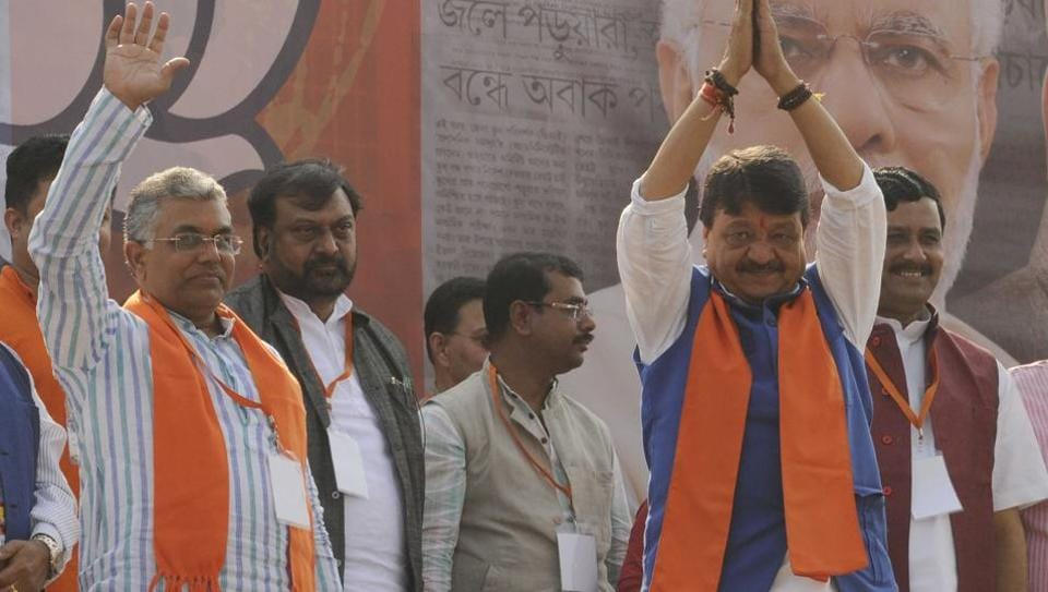 Throwing a direct challenge to the Mamata Banerjee government to act on its threat of taking legal action against people holding processions with arms, the Diamond Harbour unit of BJP on Sunday welcomed its leaders on dais.