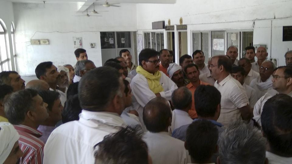 Jewar MLA Thakur Dhirendra Singh (wearing yellow gamcha) holds talks with farmers from Bhatta and Parsaul, who have been summoned by the Surajpur court.