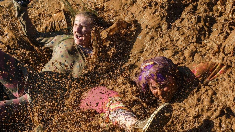 Competitors were disguised to face, as they chose, a course of 5 or 9 kilometers, each dotted with obstacles more crazy than the others. (Fabrice Coffrini / AFP)