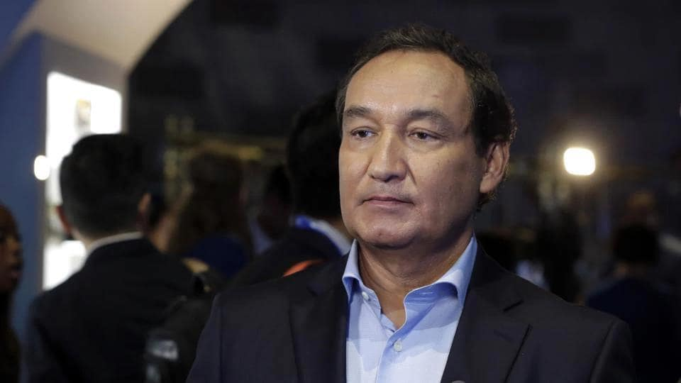 United Airlines CEO Oscar Munoz apologised for brutally dragging David Dao off the plane and the airlines said it would compensate all passengers on Dao's flight.