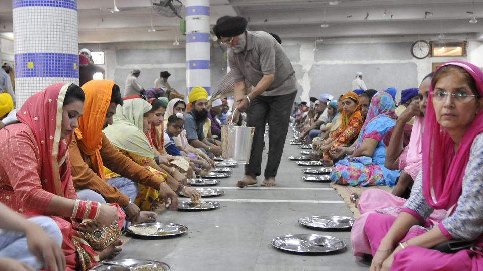 A devotee serving langar (community kitchen) on the occasion of Baisakhi festival at Dukhniwaran Sahib gurdwara in Ludhiana. (Gurminder Singh/HT Photo)
