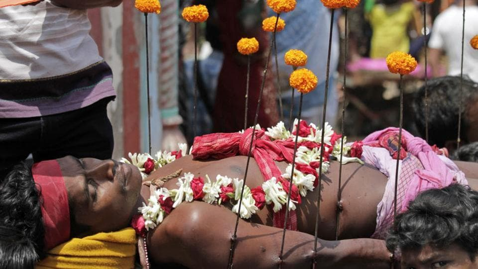 Faithful Hindu devotees offer various such rituals each year in the hope of winning the favor of Hindu god Shiva and ensuring the fulfillment of their wishes.