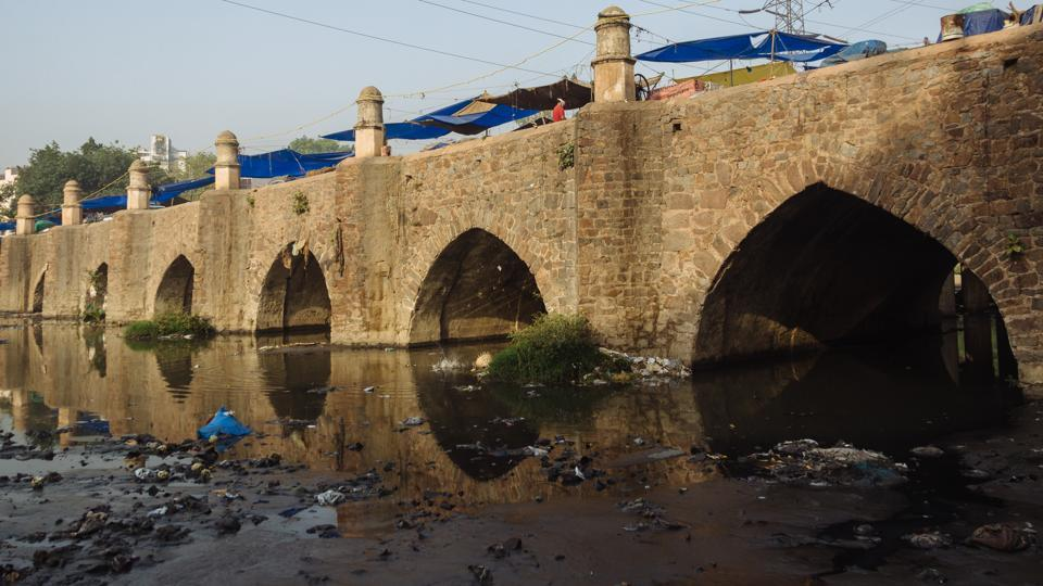 Barapullah, a causeway from the times of the early Mughal empire, is located near Nizamuddin Railway Station. Despite having a flyover corridor named after itself, today it supports a make shift market on top of itself while a sewer flows under it. (Vageesh Lall/HT Photo)
