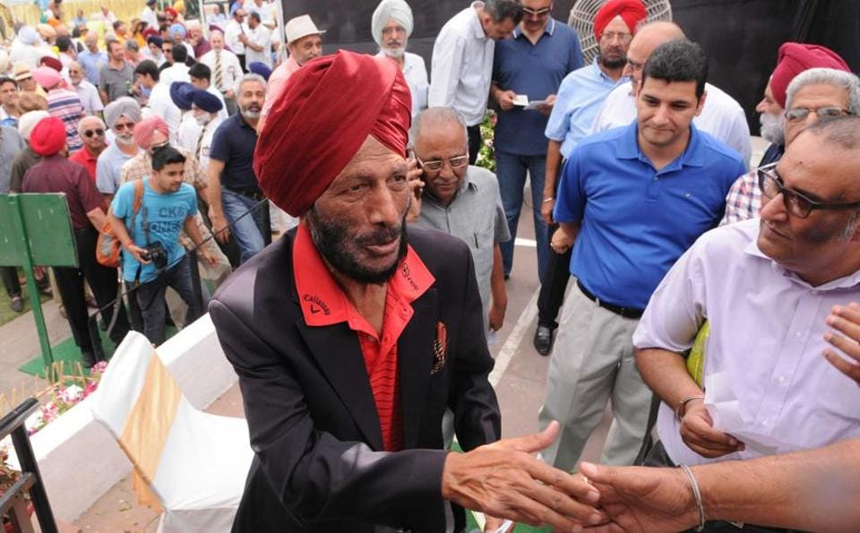 Milkha Singh shaking hands with Chandigarh Golf Club members. (Keshav Singh//HT)