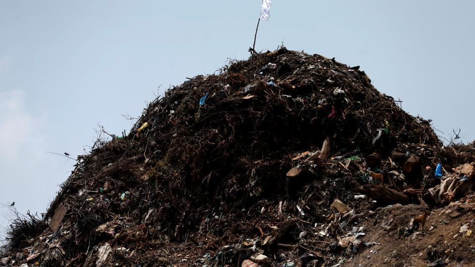 A white flag is seen on top of the garbage dump during a rescue mission. (Dinuka Liyanawatte / REUTERS)