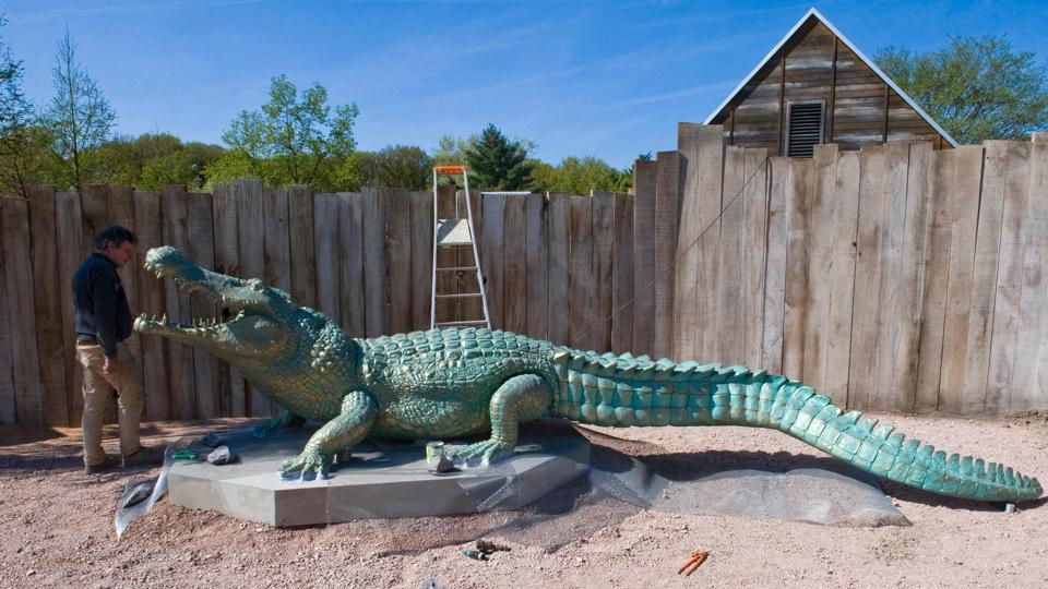 An employee works on a sculpture of an alligator at the PAL theme and animal park in Saint-Pourcain-sur-Besbre . (Thierry ZOCCOLAN / AFP)