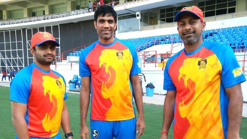 Jaydev Shah (L) poses with Gujarat Lions teammates Munaf Patel (C) and Praveen Kumar (R) during training in the 2017 Indian Premier League (IPL) season.