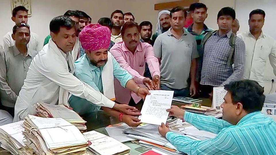 A delegation representing the Jat community hands over a memorandum to divisional commissioner to demand quota in Bharatpur.