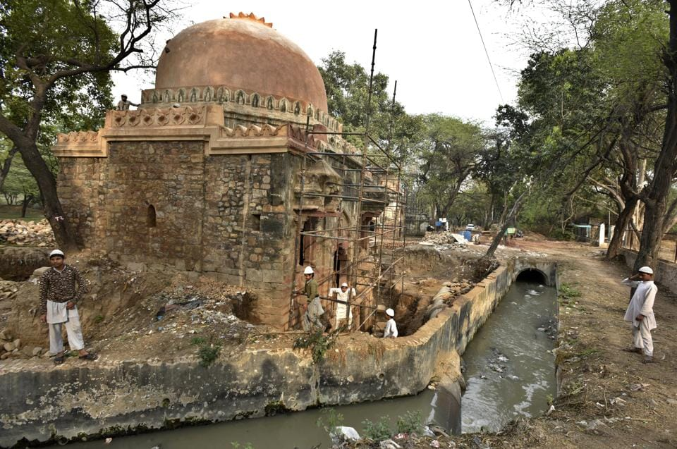A big drain passing through the Mehrauli Archaeological Park poses a potential threat to the foundations of an unnamed early-Mughal era monument. (Raj K Raj/HT PHOTO)