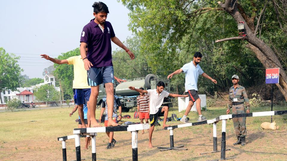 Candidates participating in the physical fitness test during an army recruitment rally at Dholewal  in Ludhiana on Tuesday, April 18. (HT Photo)