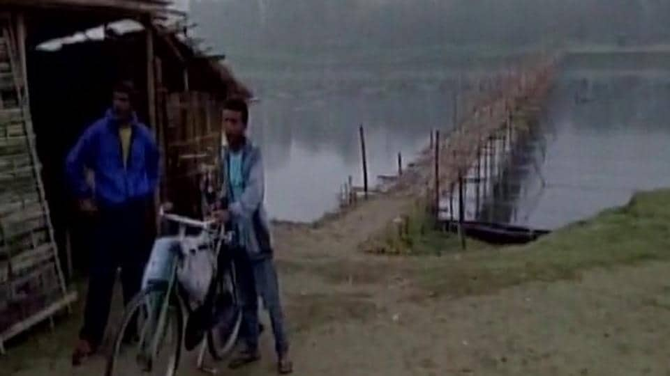 Assam,Boy carry brother's body,Majuli