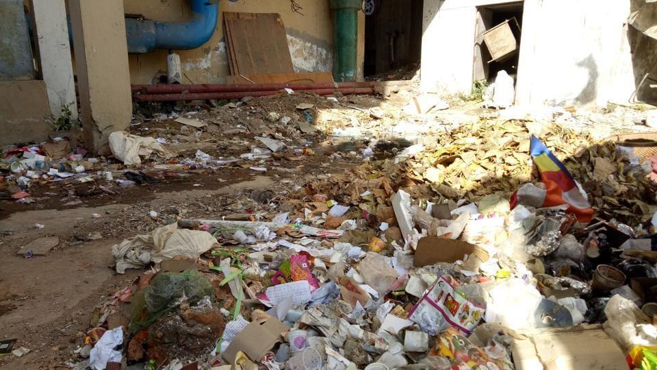 A huge heap of garbage onIndira Bhawan campus.