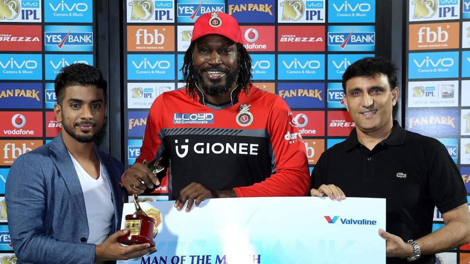 Chris Gayle receives the Man of the Match award for his brilliant 77. He hit five fours and seven maximums and scored at a strike-rate of 202.63.