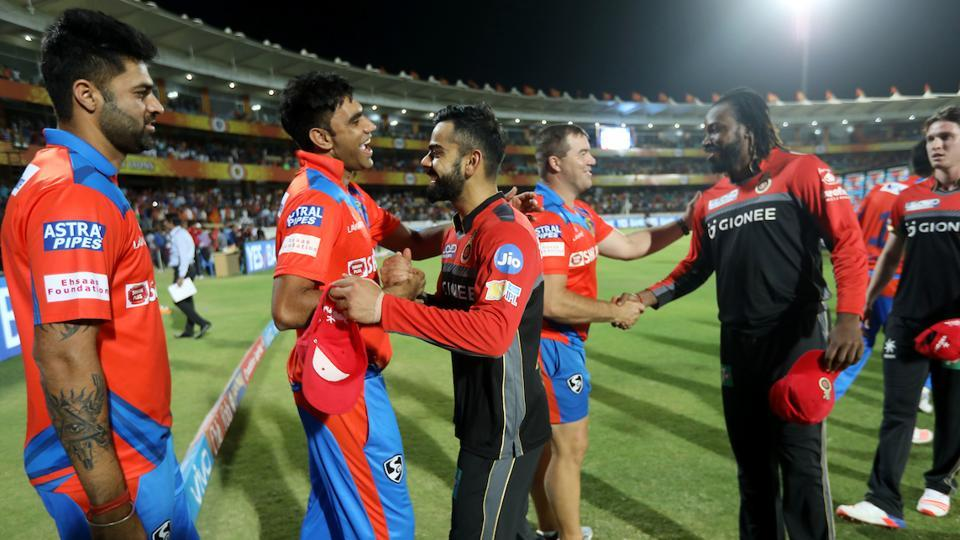 Virat Kohli shares a light moment with Munaf Patel, who returned to IPL action (vs Mumbai Indians) after a gap of almost four years.  (BCCI )