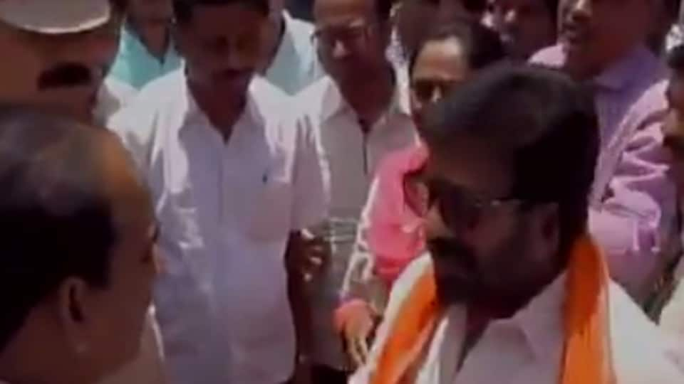 In the new video, Ravindra Gaikwad is seen arguing with cops over a malfunctioning ATM.