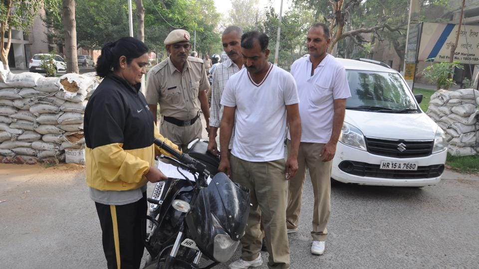 Rohtak SP Pankaj Nain deployed an inspector, Sunita, right at the gate to keep a check on cops arriving without helmets or those who were not wearing seat belts.