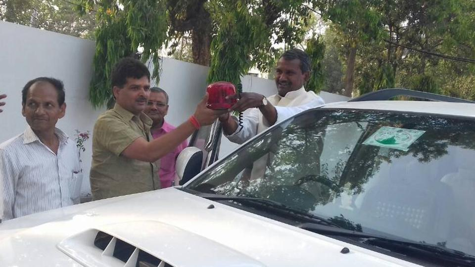 Social welfare minister Ramapati Shastri removing the red beacon from his vehicle on Thursday.
