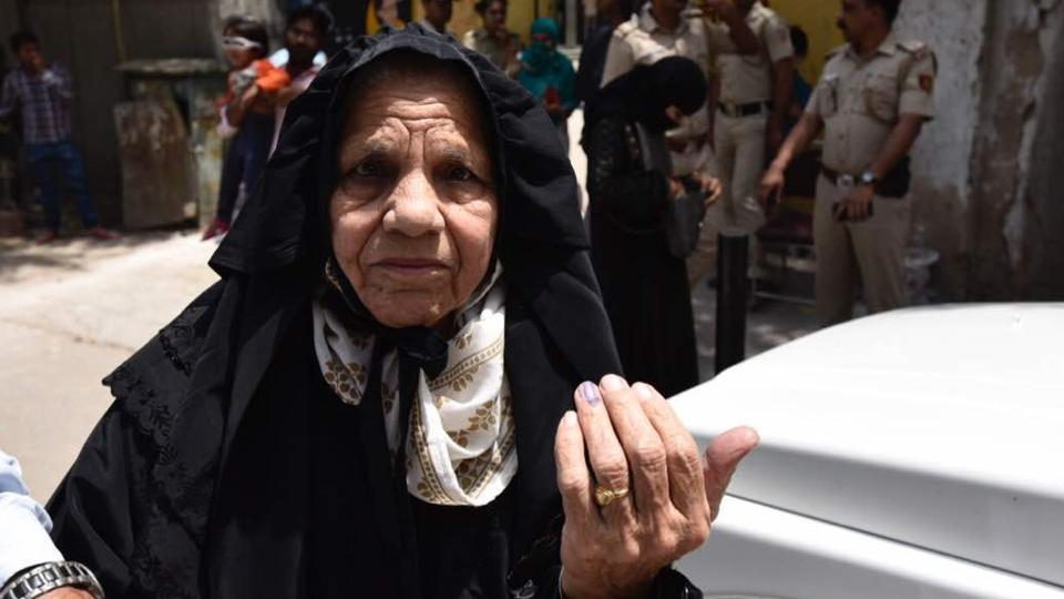 88 year old Akeela Begum shows her ink marked finger after casting her vote at a polling booth in Jamia Nagar. (Burhaan Kinu/HT Photo)