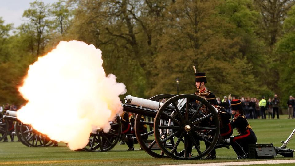 Guns are fired during the King's Troop Royal Horse Artillery Royal 41-gun salute to mark the 91st birthday of Britain's Queen Elizabeth, at Hyde Park in central London on April 21, 2017.  (Stefan Wermuth/REUTERS)