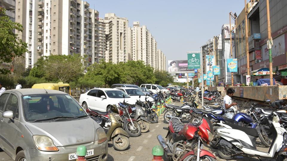 Unauthorised parking,Indirapuram,roadside parking