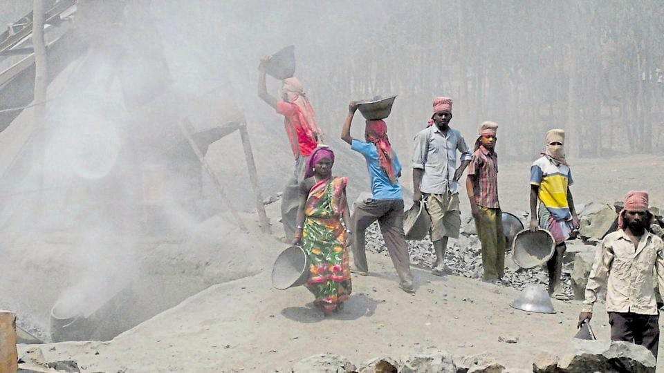 Workers fully exposed to silica dust in a grinding unit near Jamshedpur. In the last five years, 14,064 mines have been inspected out of which 3,076 were found to have violated the regulations.