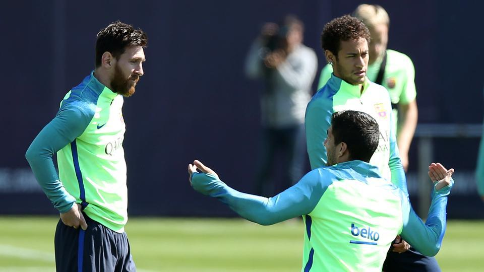 Barcelona's Lionel Messi, Neymar and Luis Suarez speak during a training session on the eve of their El Clasico clash against bitter rivals Real Madrid in the La Liga. REUTERS/Albert Gea