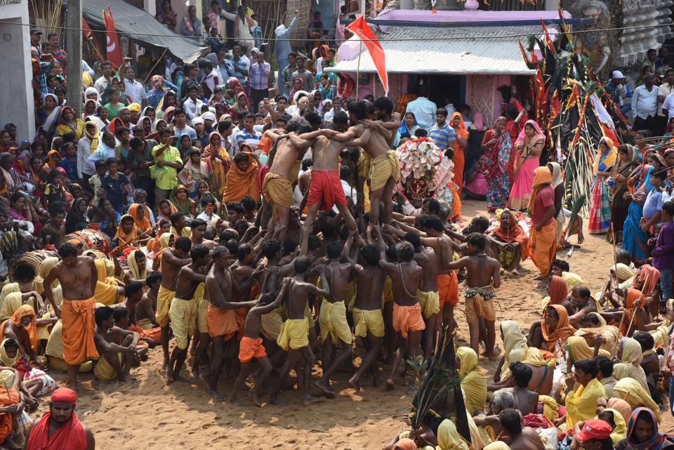 Devotees form a human pyramid during  Danda Nacha.  (Arabinda Mahapatra / HT  Photo)