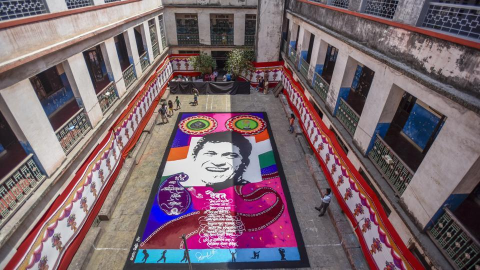 At a school in Parel, Sachin fans Abhishek Satam and Sandeep Bobade created a 44x24 feet rangoli to wish the cricketer. (Kunal Patil/HT Photo)