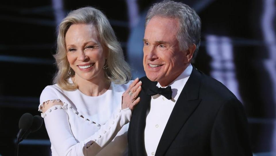 Warren Beatty and Faye Dunaway present the Best Picture.