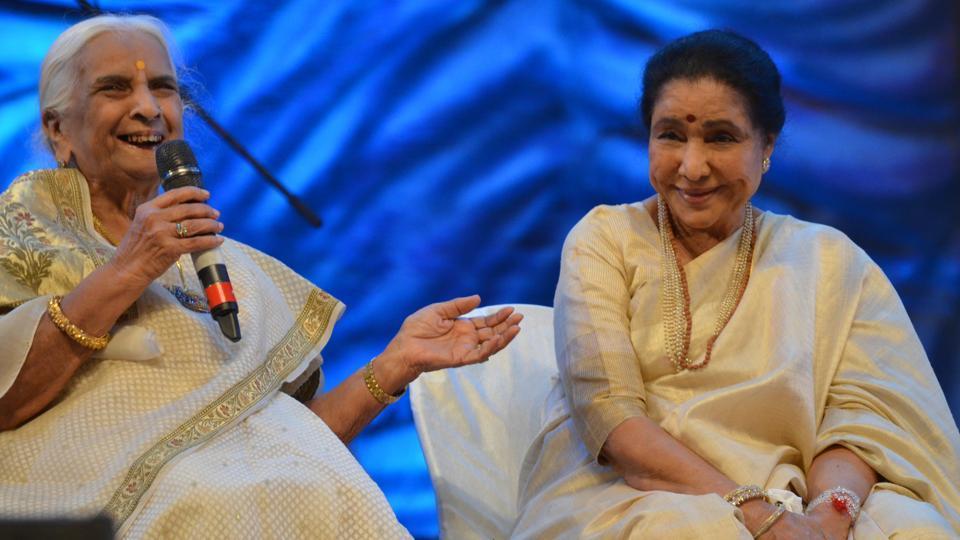 Renowned singer Asha Bhosle shares a lighter moment with Hindustani music doyenne, Padma Vibhushan Girija Devi, at the event in Varanasi.