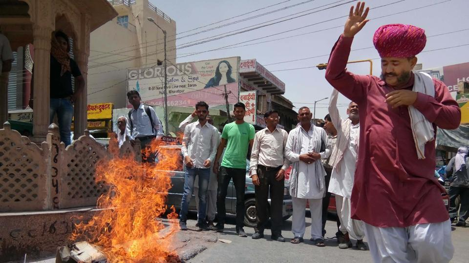 Bharatpur farmers burnt the effigy of union home minister Rajnath Singh over Maoist attacks on Wednesday in Bharatpur.