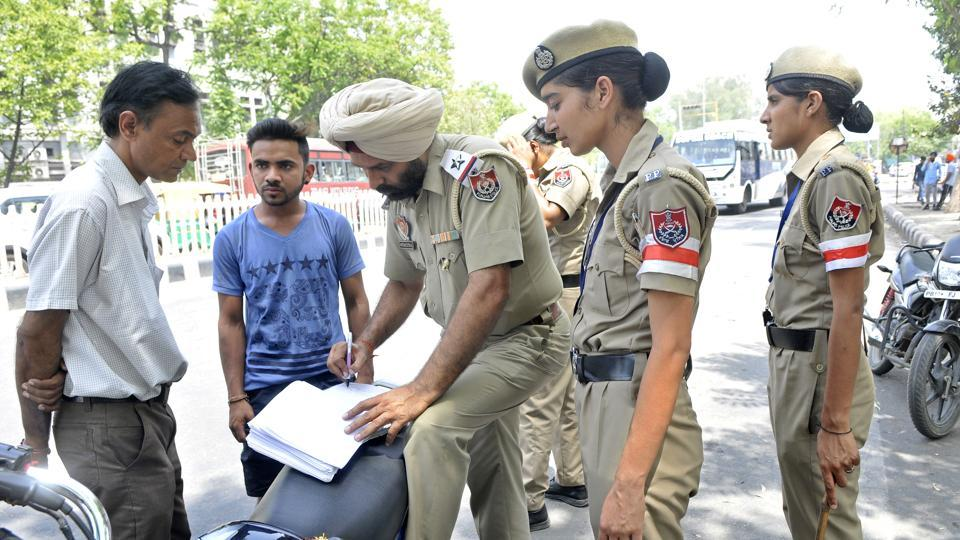 Traffic police issuing challan to violators in Ludhiana.