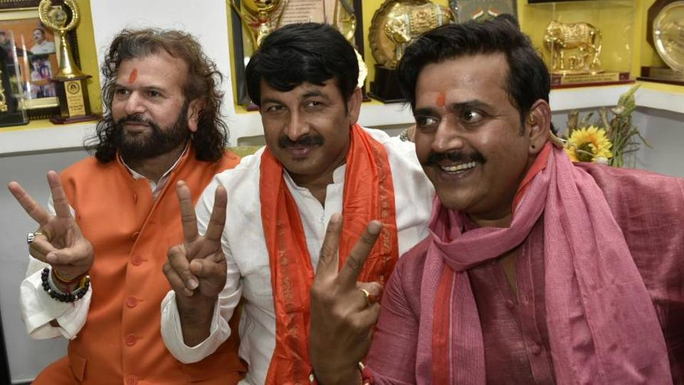 (R-L) Ravi Kishan, Manoj Tiwari and Hans Raj Hans pose for a picture after MCD election results.  Early trends indicated a clean sweep by the BJP in all three municipal corporations in the capital governed by the Arvind Kejriwal-led Aam Aadmi Party (AAP). (Arvind Yadav/HT Photo)