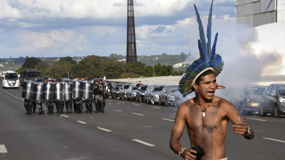 Demonstrators denied that, saying police were just looking for an excuse to remove them. They said that police had agreed the protesters could come close to the fountain and that the march was peaceful. (Evaristo SA/AFP)