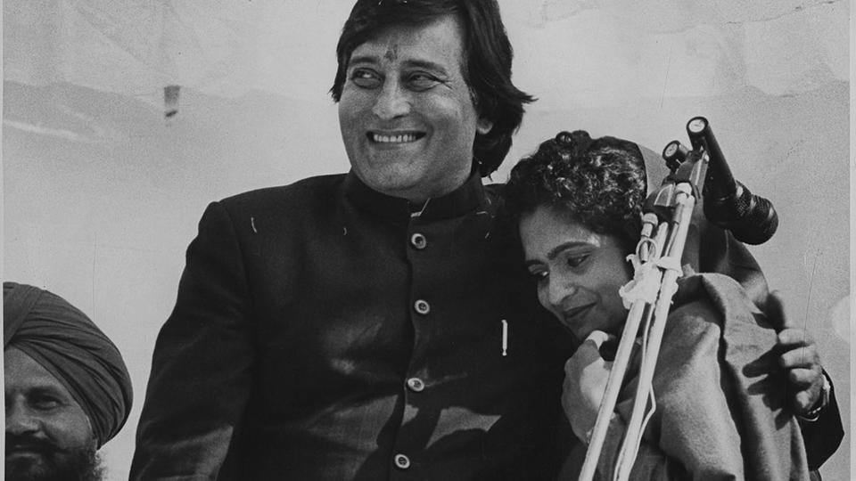 Vinod Khanna with his wife campaigning in the Village Manesar as he fought for Gurudaspur Lok Sabha Constituency in Punjab in 1998. (HTPhoto)