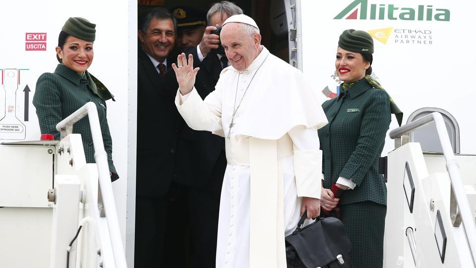 Pope Francis waves as he leaves for his pastoral trip to Egypt at the Leonardo da Vinci-Fiumicino Airport in Rome, Italy on April 28, 2017. This will be the first papal trip to the Muslim-majority nation since Pope John Paul II visited in 2000.  (Tony Gentile/REUTERS)