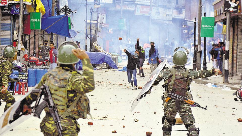 File photo of  CRPF men and students throwing stones at each other during clashes in the vicinity of Lal Chowk in Srinagar.  On Saturday, a group of CRPF men allegedly went on a rampage in the K G Polytechnic  after being pelted with stones.