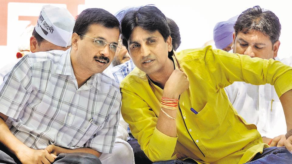 Delhi chief minister Arvind Kejriwal (L) and AAP senior leader Kumar Vishwas.
