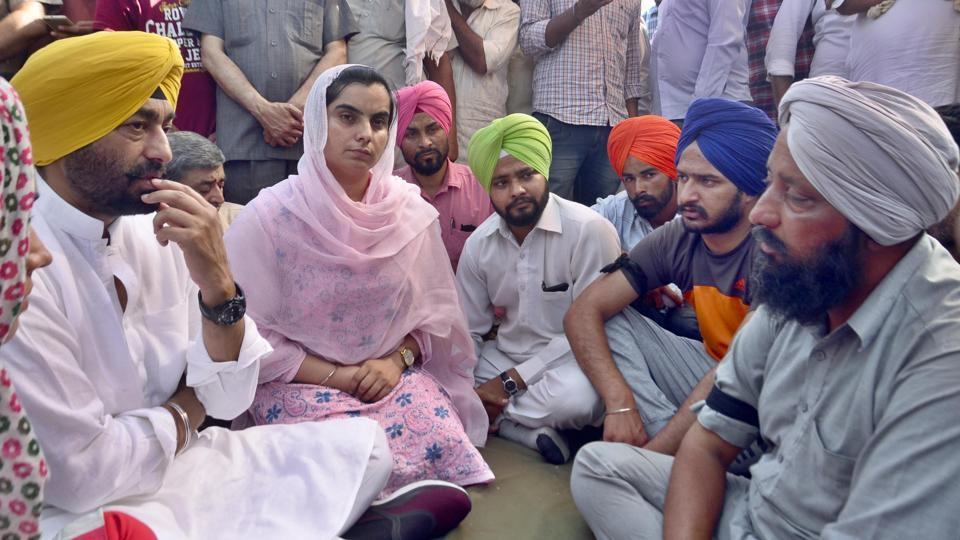 Aam Aadmi Party MLA from Bholath and party chief whip Sukhpal Singh Khaira, along with party MLA from Talwandi Sabo Baljinder Kaur and other leaders met the agitating students to extend their support.