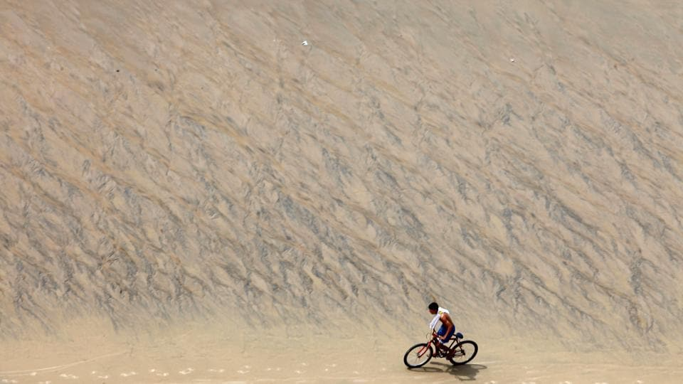 A young man rides a bike on Meireles Beach in Fortaleza, Brazil April 28, 2017. (Paulo Whitaker  / REUTERS)
