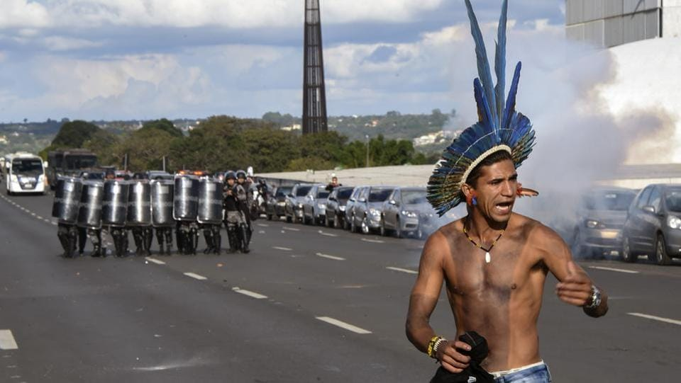 Brazilian Indians from diverse ethnic groups clash with police during their annual march for their rights, in Brasilia, on April 25, 2017. (EVARISTO SA / AFP)