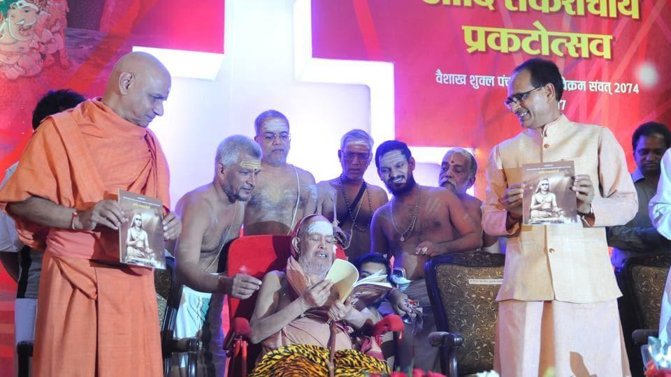 Shankaracharya Jayendra Saraswathi of Kanchi peeth, flanked by MPchief minister Shivraj Singh Chouhan  releasing a book at the  Adi Shankaracharya Prakatotsav organised to mark the birth anniversary of Adi Shankaracharya in Bhopal on Monday.