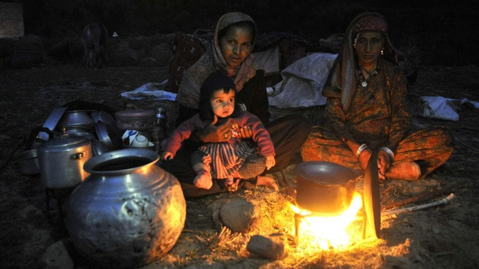 Women belonging to the nomadic Gujjar-Bakarwal community prepare dinner at their temporary camp in Thanamandi district, Rajouri. (Waseem Andrabi /HT Photo)