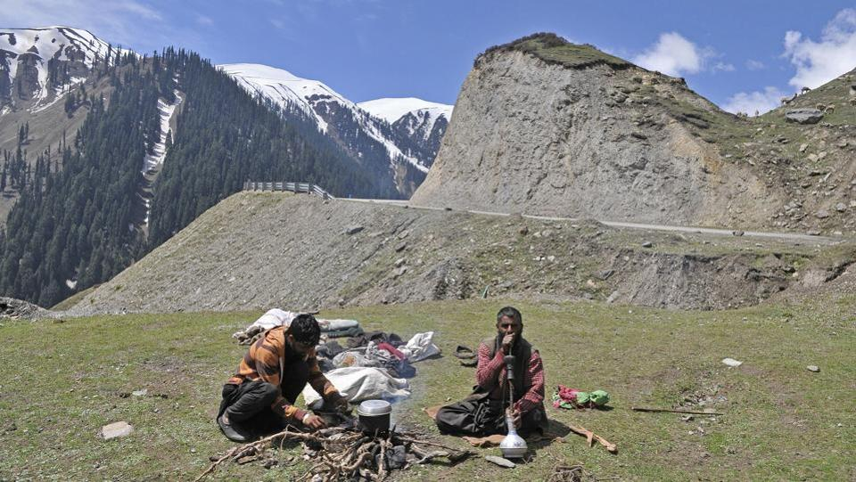 Nomads preparing afternoon tea by the Mughal Road. (Waseem Andrabi /HT Photo)