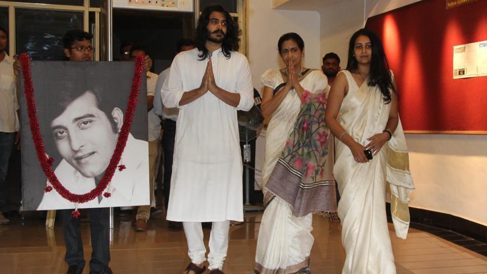 Late Vinod Khanna's son Saakshi and daughter Shraddha with wife Kavita Daftary. (Photo: Prodip Guha/HT)