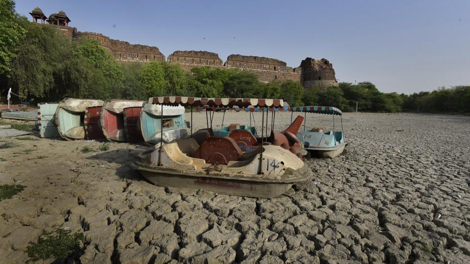 Part of a moat surrounding the ruins of the historic Purana Qila, Delhi has seen a slow and painful death of the Old Fort Boat Club lake shut for the last nine months owing to negligence of various government bodies  involved who are passing the buck to each other on jurisdiction and upkeep of the lake. (Raj K Raj/HT PHOTO)